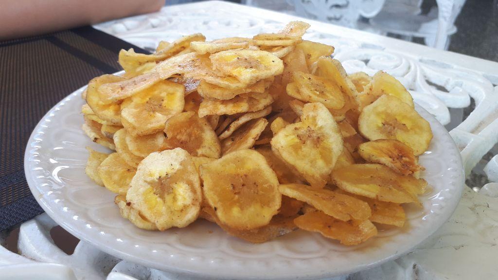 Chicharritas - czyli czipsy z bananów. Typowa kubańska przekąska, serwowana niemal w każdej knajpie. Uwaga na kalorie, bo jak już się zacznie skubać, to trudno przestać. A Kubańczycy porcje naprawdę dają od serca