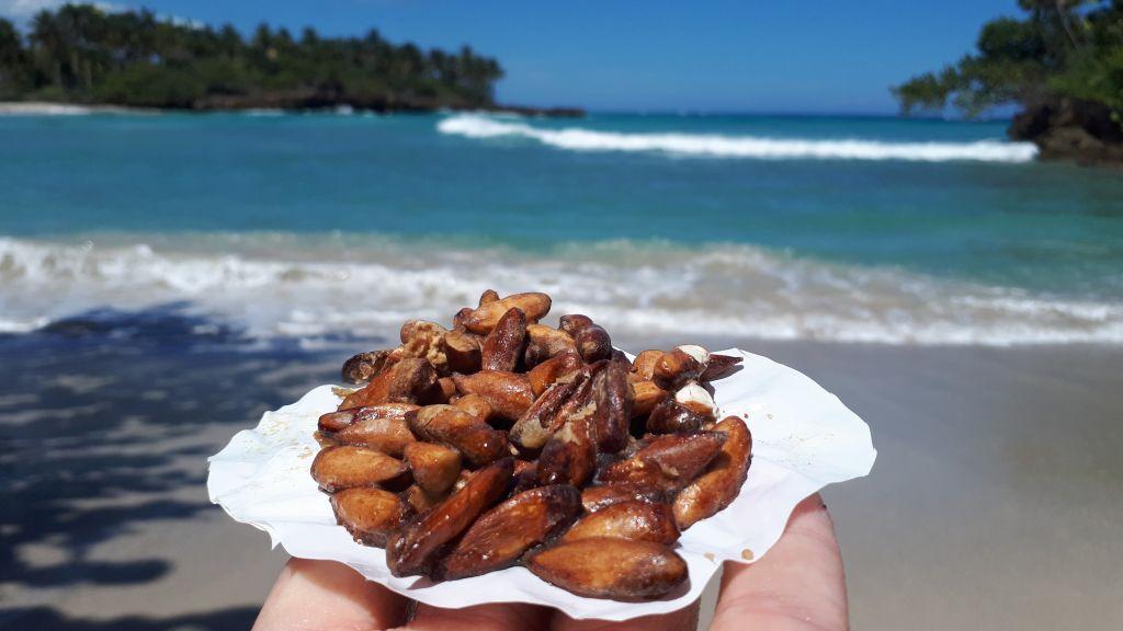 Migdały zapiekane w miodzie - jedna z najsmaczniejszych, słodkich przekąsek na Kubie. Słodkie i klejące podawane na kawałku papieru.  Pyszne, próbować bez wahania.