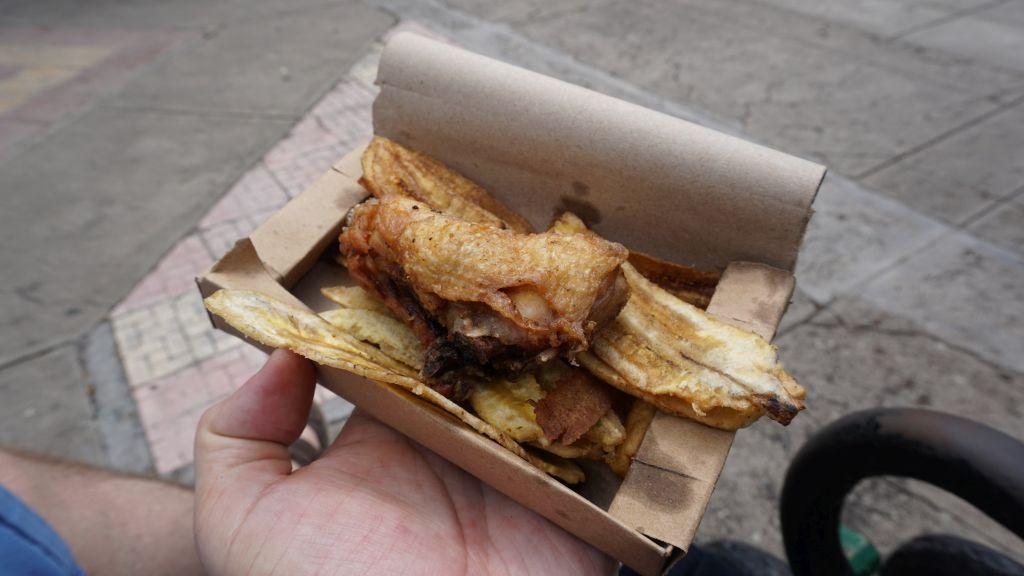Alitas de pollo y chicharritas - skrzydełko z kurczaka i chipsy z bananów. Podawane w małym kartoniku niemal na każdym festynie miejskim. Przygotowywane najczęściej na przenośnym grillu. Mocno wypieczone i naprawdę smaczne.