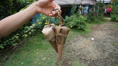 Cucurucho - to lokalny przysmak z Baracoa. Papka  orzecha kokosowego , cukru lub miodu, bakalii oraz pomarańczy , guawy i ananasa, zawinięta w liść palmowy. Bardzo słodka przekąska, ale dobra na dłuższą podróż.
