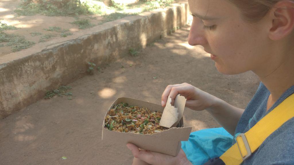 Arroz con verduras y carne - ryż z warzywami i odrobiną bekonu, serwowany w kartoniku. Zamiast sztućców służy kawałek tektury. Do kupienia na Obispo w Hawanie.  Smaczny choć nieco jałowy.