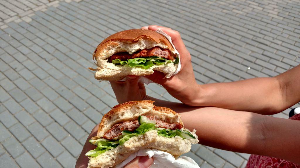 Hamburguesas - kubańskie hamburgery, tanie, smaczne i pożywne. Jak dla nas, najlepsze serwowane są w barze Nelly's w Hawanie Centro oraz na Plaza Vieja.