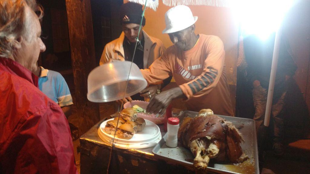Pan con carne de cerdo - bułka z mięsem. Coś jakby kebab, tylko tutaj ze świeżo krojoną wieprzowiną i ogórkiem. Na koniec odrobina soli i ketchup na życzenie.