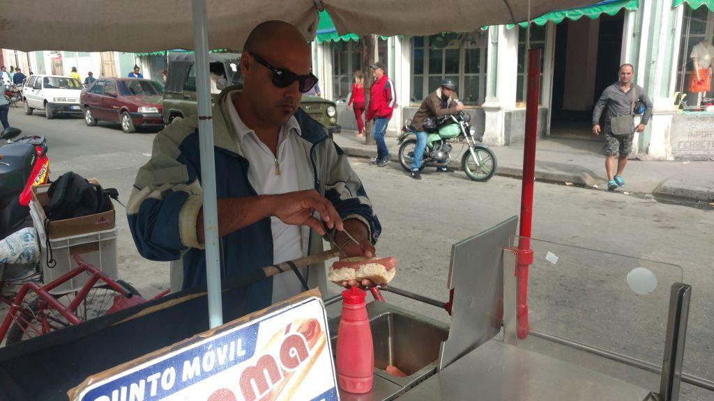 """Hot-dog - bodaj najgorsza rzecz na Kubie. Jeśli uważacie, że nasze parówki są niejadalne, to odradzamy nawet próbowanie tego szybkiego """"przysmaku"""". No chyba że po prostu my tak fatalnie trafiliśmy w Cienfuegos"""