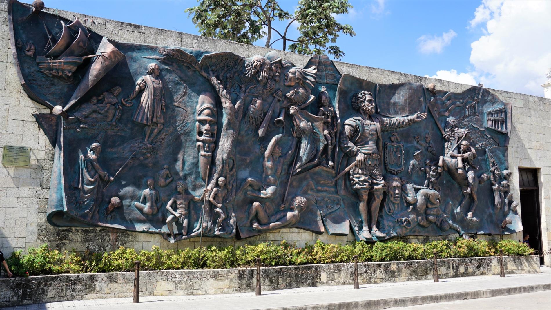 W centrum Holguin znajduje się płaskorzeźba przedstawiająca dzieje Kuby od przybycia Hiszpanów po zwycięstwo rewolucji