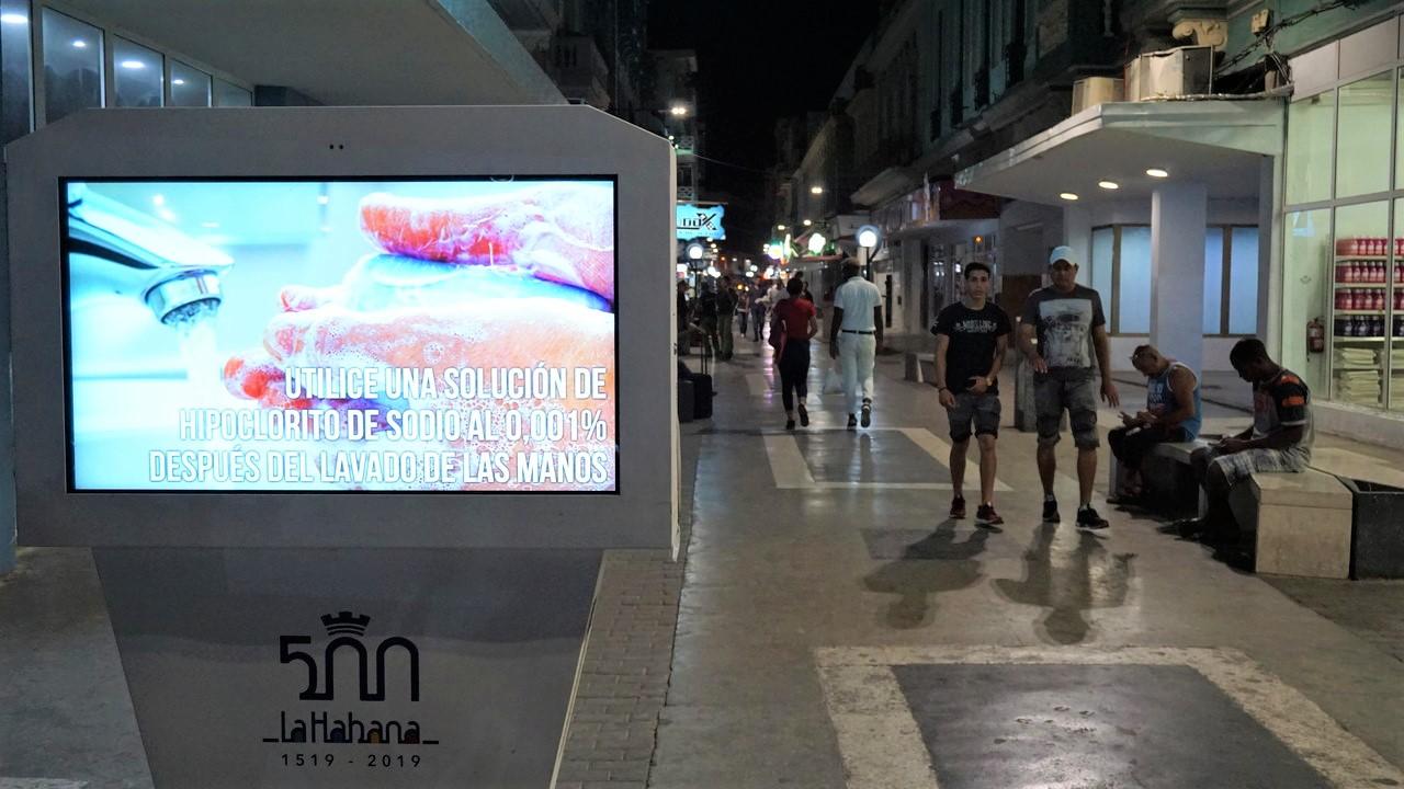 Na ekranach ulicznych zamiast reklam wyświetlane są plansze edukacyjne