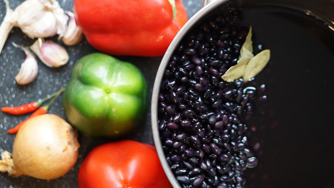 Składniki do czarna fasola przepis: czarna fasola, papryka, cebula, czosnek