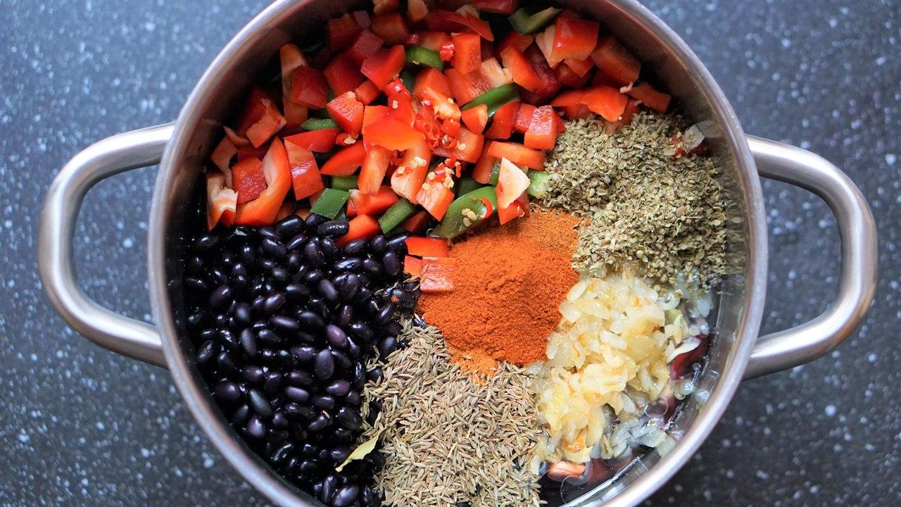 Przepis na czarną fasolę po kubańsku:  czarna fasola, papryka, sofrito, przyprawy